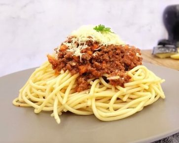 Beef mince in napolitana sauce with spaghetti