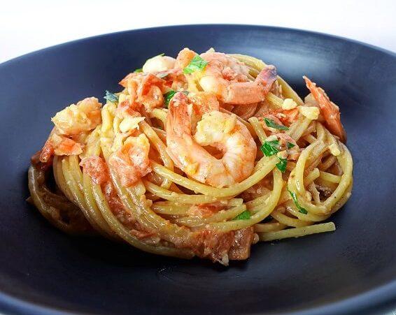 Creamy garlic prawn spaghetti